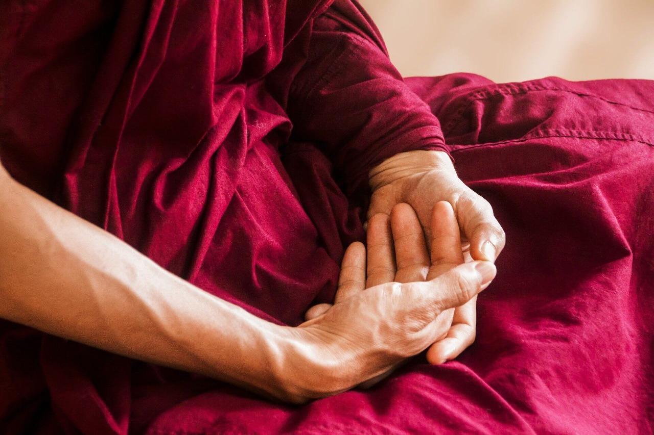 mantras indianos: monge budista meditando