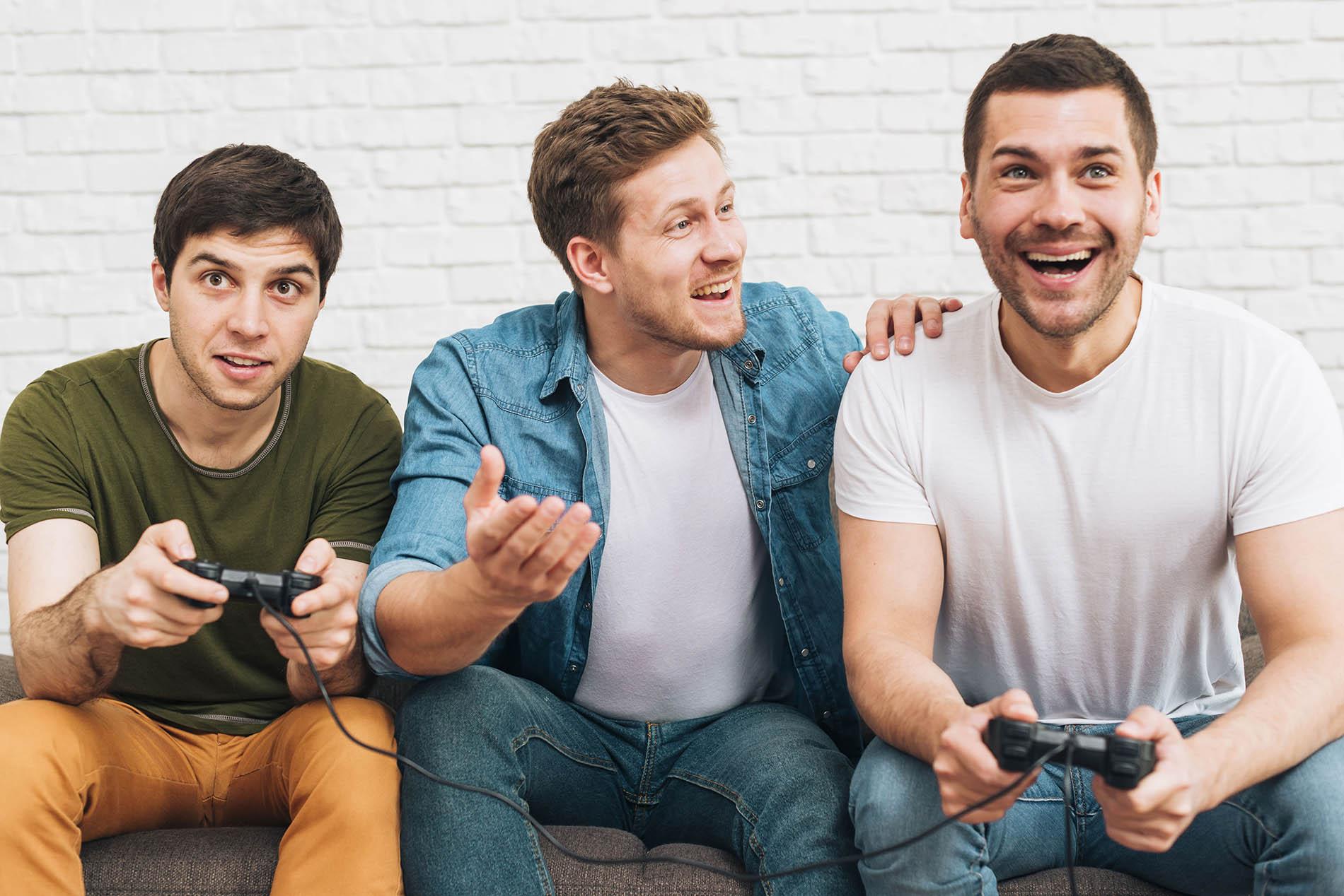 espaço no relacionamento_três homens jogando videogame