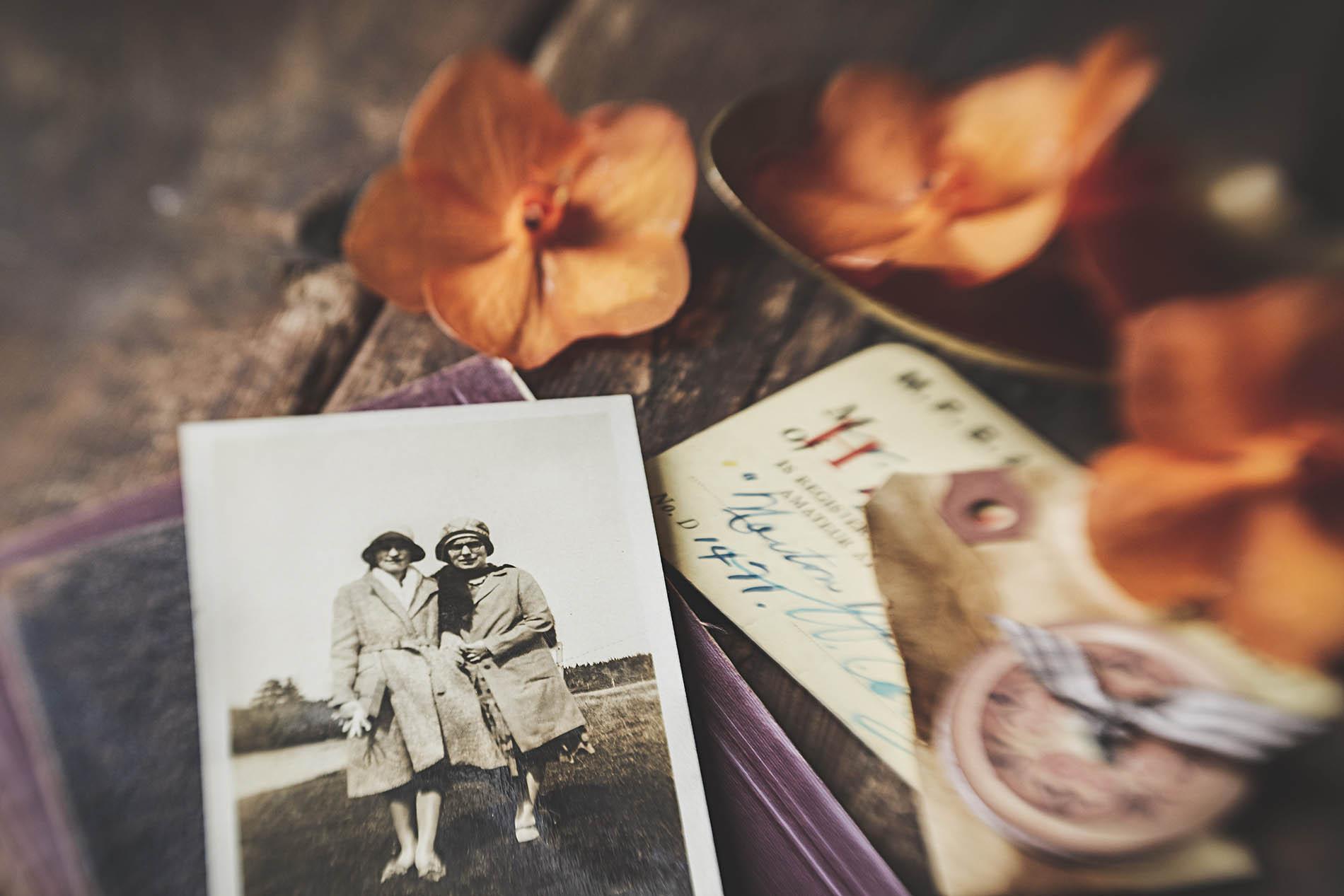 mesa com foto antiga e cartões postais
