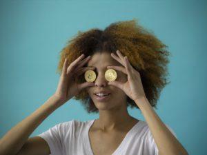 Mulher com moeda nos olhos
