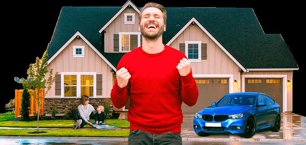 Homem comemora e, ao fundo, há uma casa com jardim, um carro azul e mãe e filho brincando