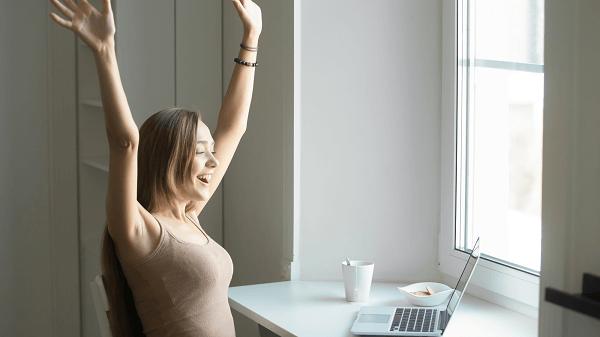 Como colocar em prática suas metas para 2020 mulher celebrando
