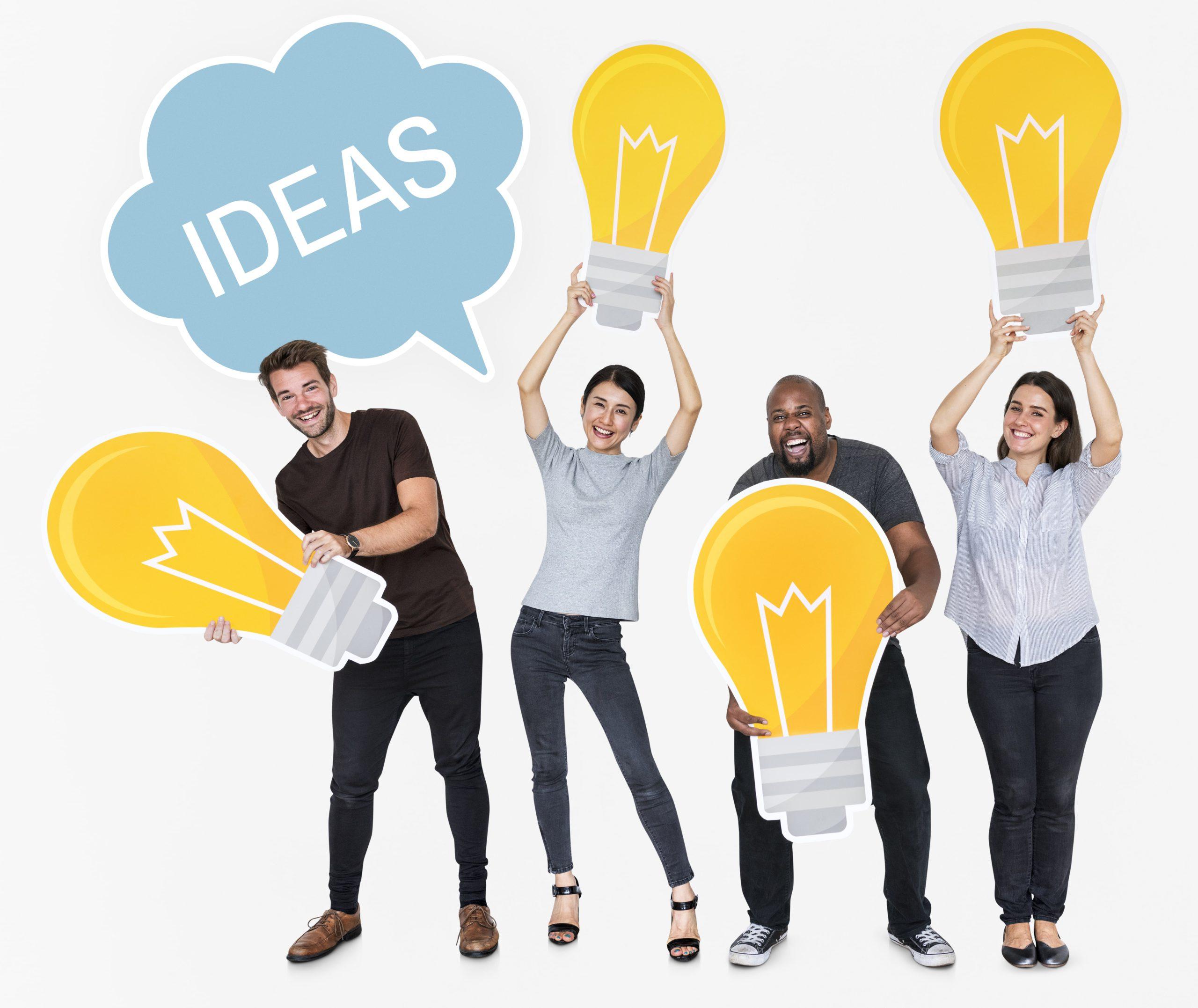 Quadro pessoas segurando cartazes: 3 são em formato de lâmpada e 1 em formato de nuvem com a palavra ideias