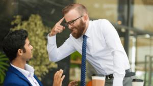 Crenças limitantes - Dinheiro muda as pessoas? Homem brigando