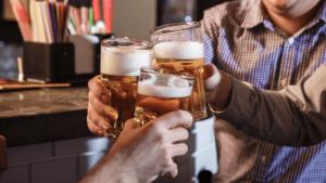 Cerveja é péssima para a sua prosperidade amigos brindando copos