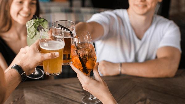 Cerveja é péssima para a sua prosperidade amigos brindam em bar