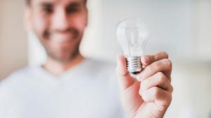 Técnica Simples para Ter Ideias e Prosperidade - Homem segurando lâmpada
