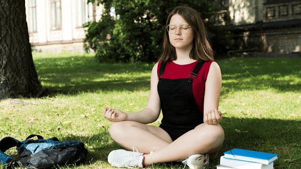 Técnica simples para ter ideias e prosperidade - menina meditando