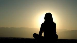 O chá que muda sua vida - mulher meditando no sol
