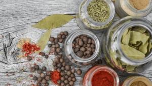 O poder oculto das ervas no equilíbrio dos sentimentos - sementes e folhas na mesa