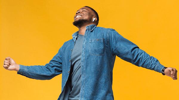 Conheça o Clube da Positividade - homem feliz