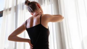 Fribromialgia: o enigma das dores crônicas e possíveis tratamentos - mulher com dores no corpo