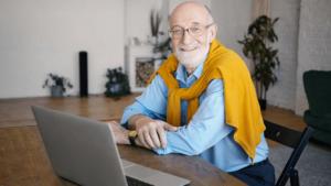 Idoso trabalhando - Aposentadoria: por que não se aposentar