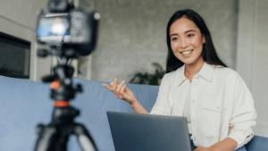 Como ganhar dinheiro com as redes sociais - menina youtuber gravando vídeo