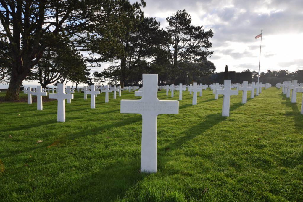 Cemitério com gramado e cruzes brancas