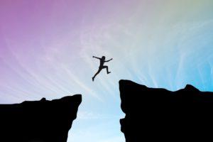 homem pulando de um abismo entre duas montanhas – aura vibe – luz da serra
