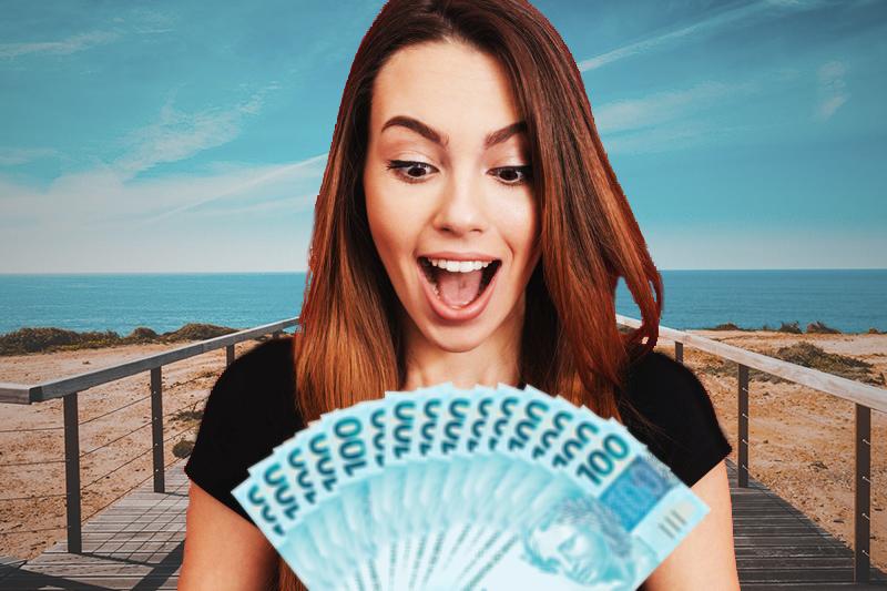 Mulher com dinheiro na mão