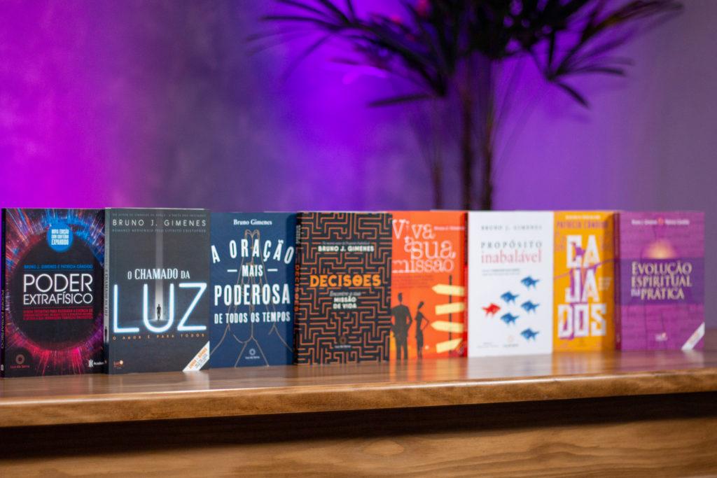 Livros sobre espiritualidade da Luz da Serra Editora em cima de mesa