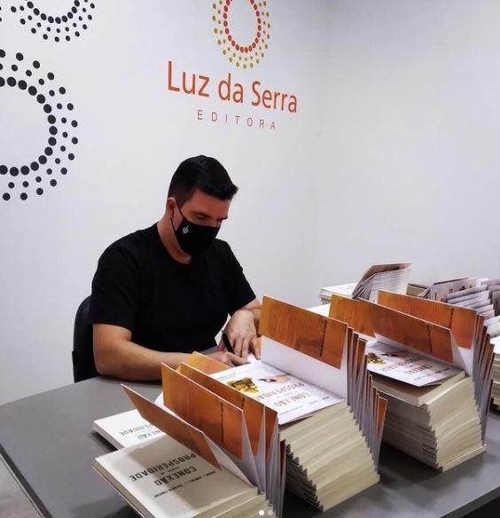 Bruno Gimenes autografando livros
