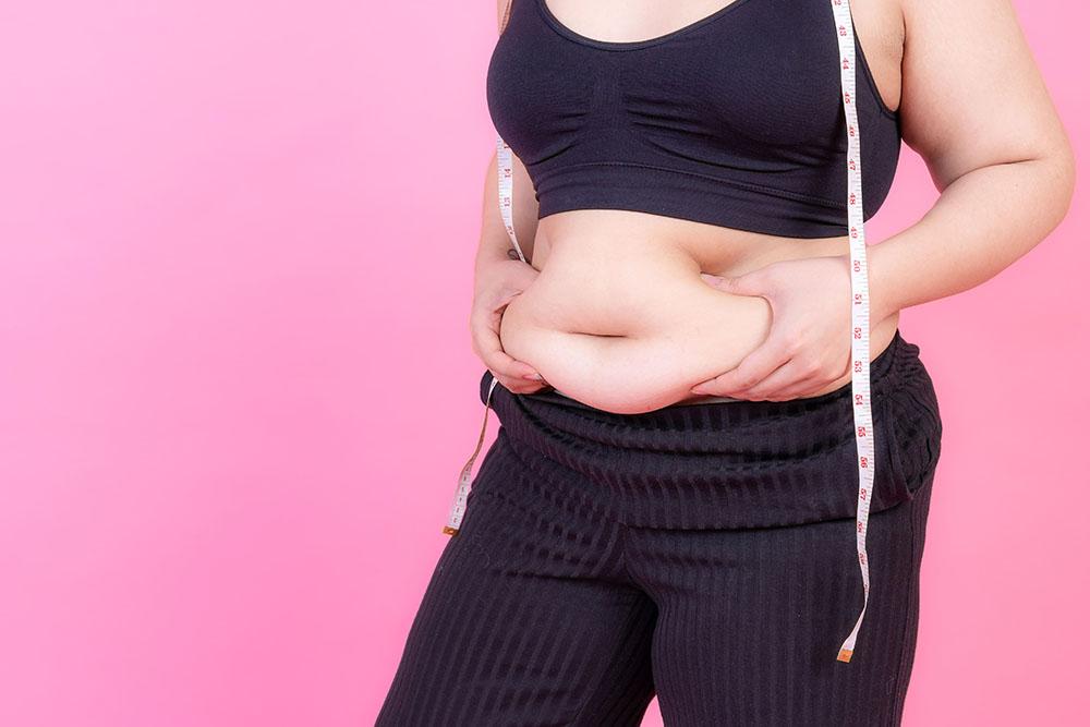 Mulher mostra gordura localizada na barriga