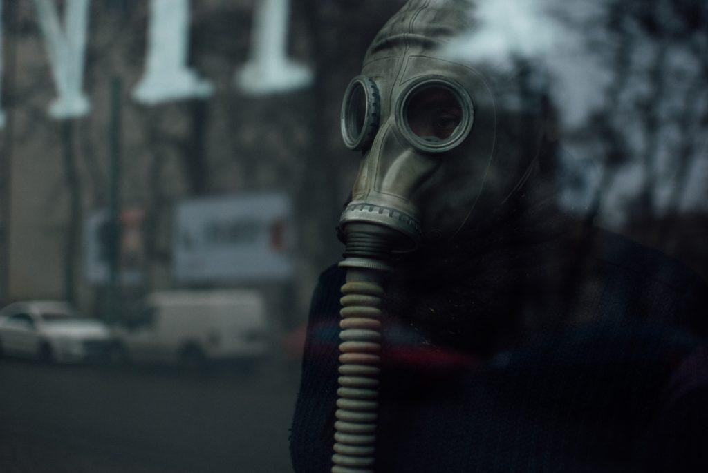 Pessoa usa máscara que protege as vias respiratórias e os olhos de produtos tóxicos-luz da serra