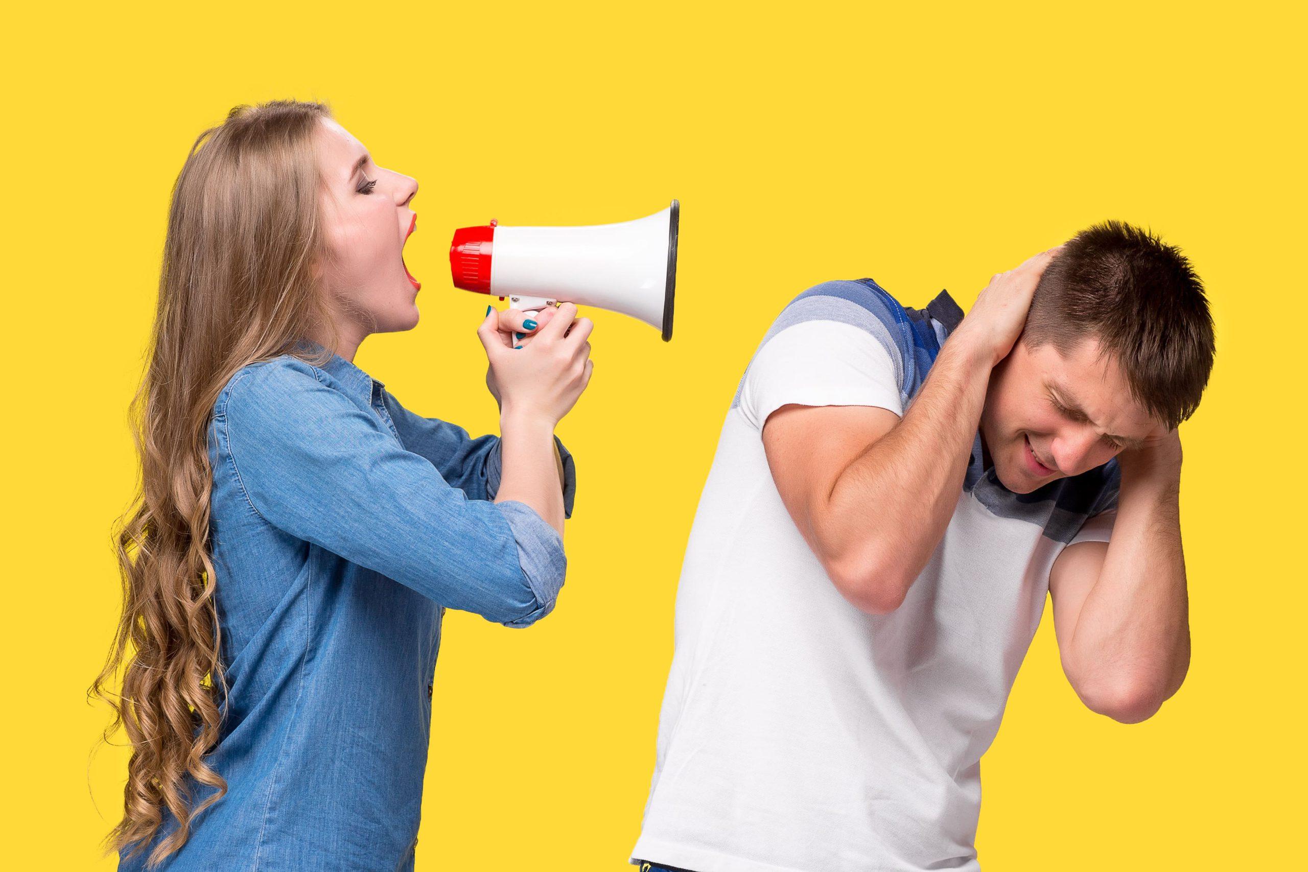 Mulher grita com homem utilizando megafone-luz da serra